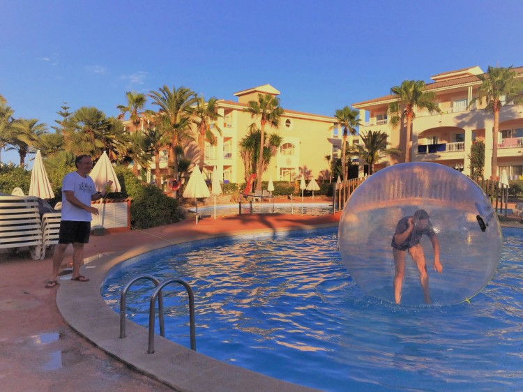 Telefonat im Schwimm Ball auf Mallorca