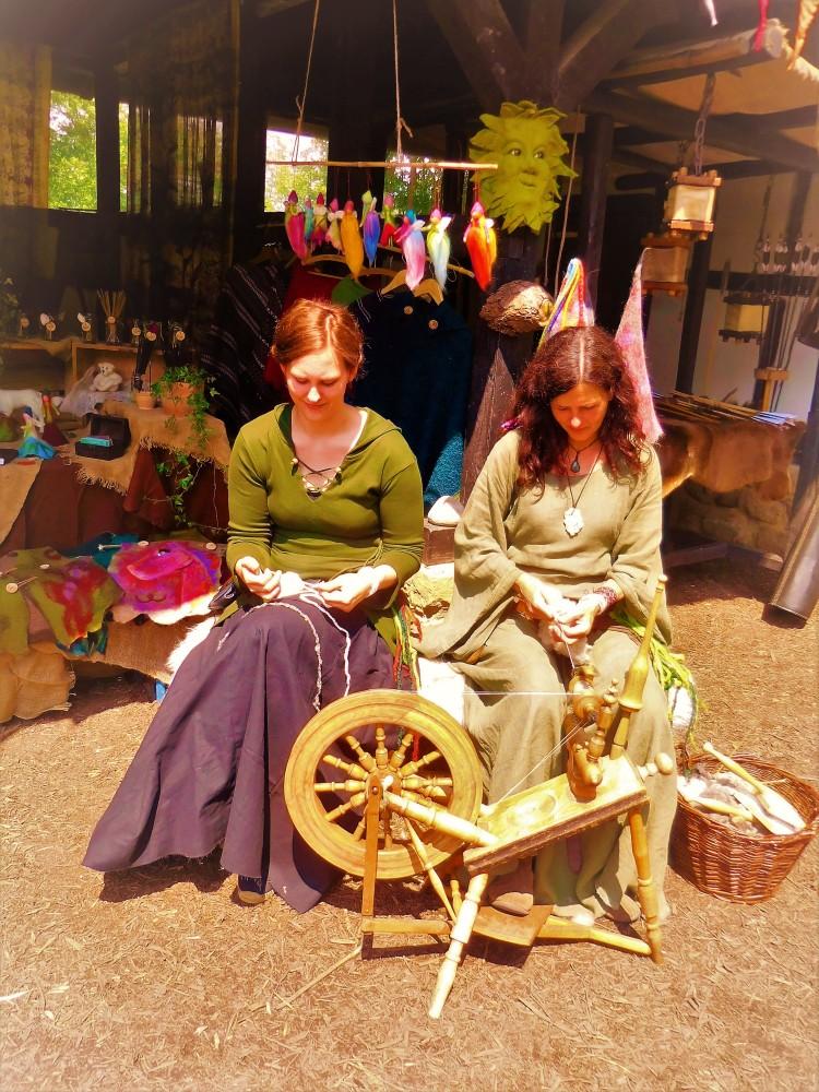 Mittelaltermarkt historische Frauen Spinnrad