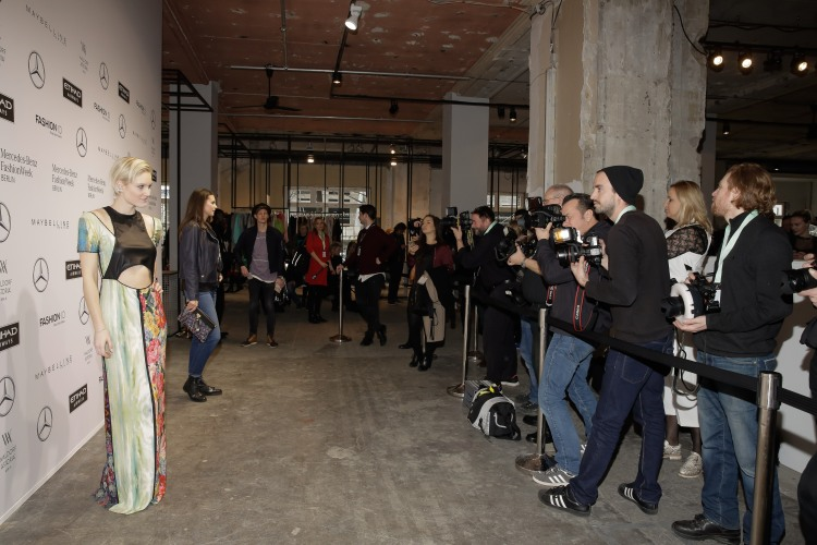 Kim Hnizdo Mercedes-Benz Fashion Week Berlin Autumn/Winter 2017 REBEKKA_RUETZ Fashion Show im Kaufhaus Jandorf in Berlin am 18.01.2017 Foto: Nass / Brauer Photos fuer Mercedes-Benz