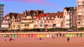 Uferpromenade von Le Touquet, die bunten Türen gehören zu kleinen Räumen, die betuchte Bürger gemietet haben... Neben Hochhäusern sieht man auch Villen , die Anffang des letzten Jahrhunderts gebaut wurden...